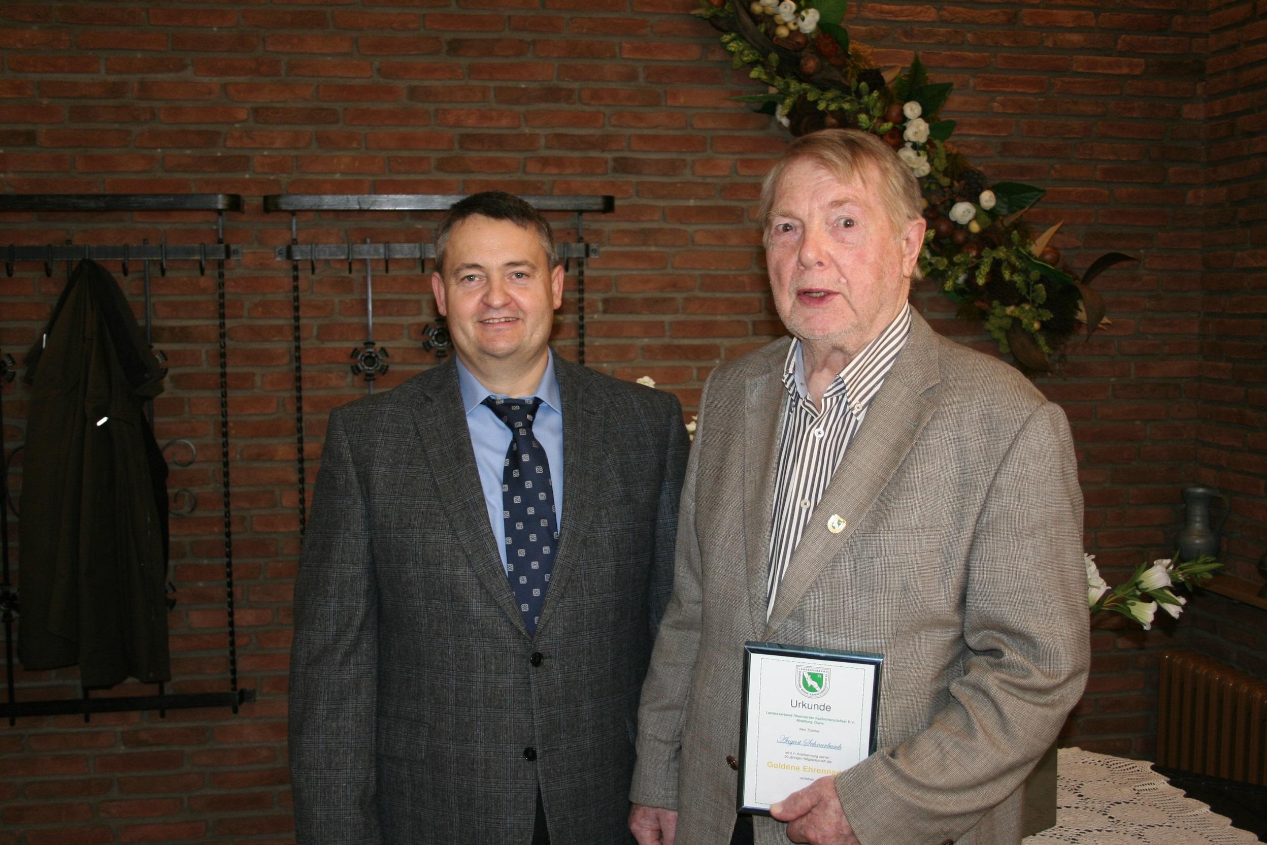 D. Beckers gratuliert A. Schnurbusch